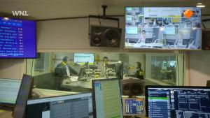 blik op de studioruimte van BNR Nieuwsradio vanuit de redactieruimte - 23 oktober 2018