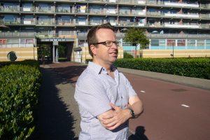 portret Wim de Natris - op de achtergrond flat Groeneveen in Amsterdam-Bijlmer