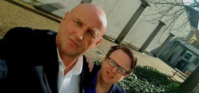 Fred Warmer en WIm de Natris op het binnenplein van universiteitsgebouw Het Brantijser te Antwerpen