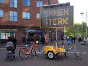 """Mobiel lichtbord met aansporing """"Samen Sterk"""" - AH Ganzenhoef, Amsterdam-Zuidoost, 24 april 2020"""
