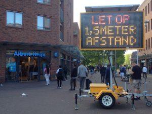 """Mobiel lichtbord met waarschuwing """"Let op 1,5 meter afstand"""" - AH Ganzenhoef, Amsterdam-ZUidoost"""
