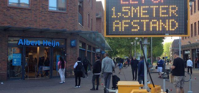 """Mobiel lichtbord met aansporing """"Let op 1,5 meter afstand"""" - AH Ganzenhoef, Amsterdam-Zuidoost, 24 april 2020"""